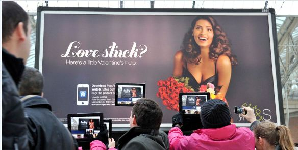llllitl-mark-and-spencer-valentine-day-saint-valentin-love-stuck-billboard-london-londres-ar-réalité-augmentée-2012-marketing