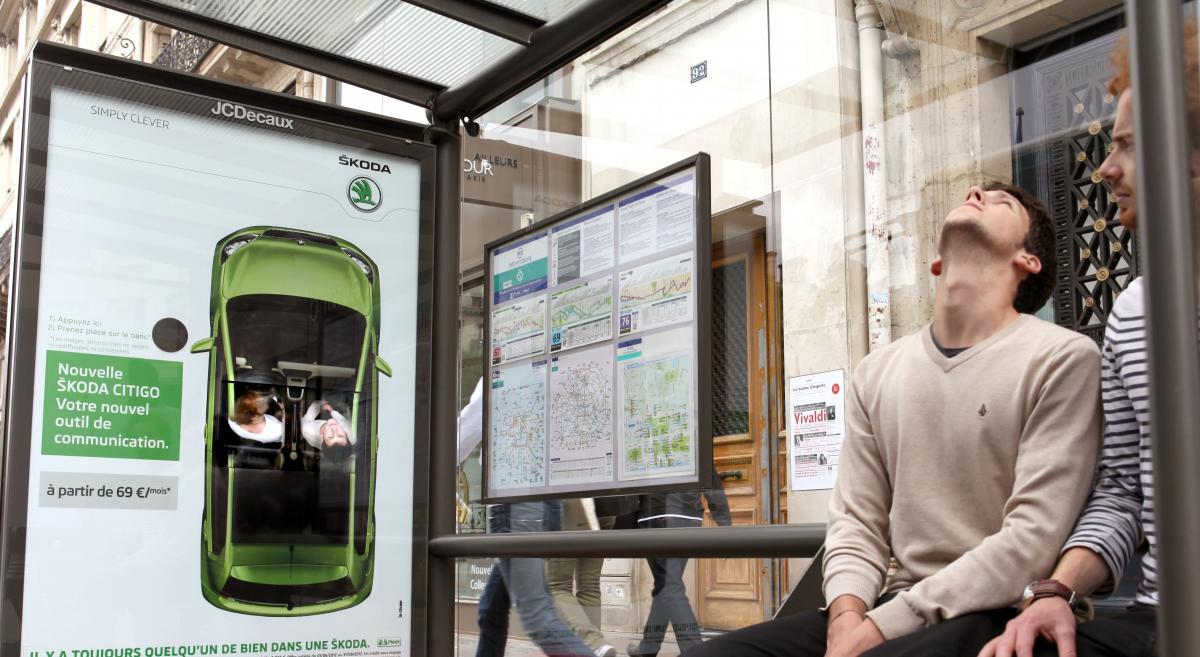 llllitl-skoda-france-affichage-interactif-billboard-voiture-automobile-toit-ouvrant-filmé-par-dessus-agence-la-chose-paris-juin-2012-2