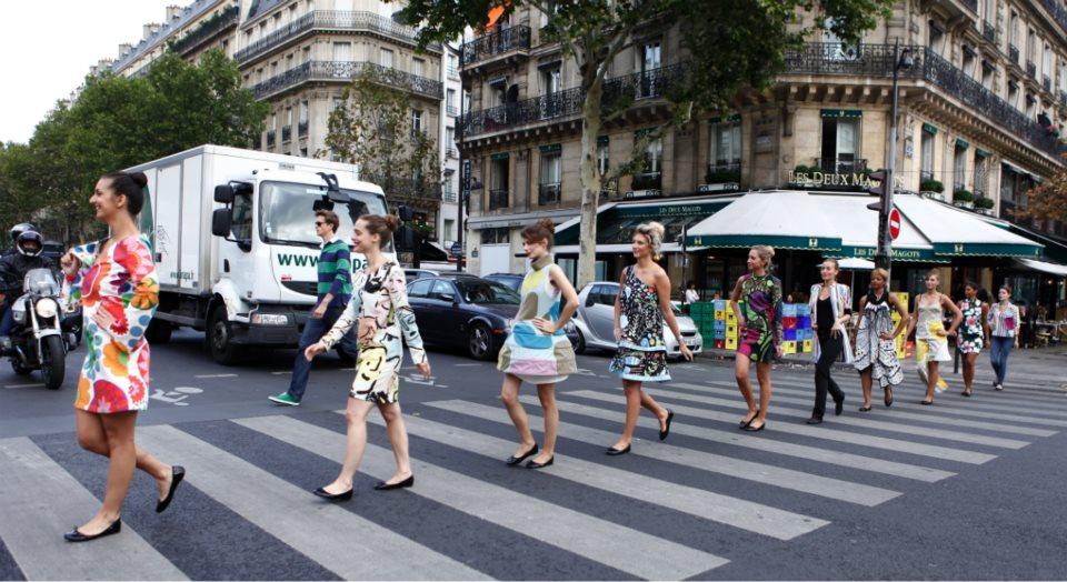 llllitl-ikea-france-opération-marketing-rues-de-paris-défilé-mannequins-motifs-rentrée-agence-14-septembre-2012
