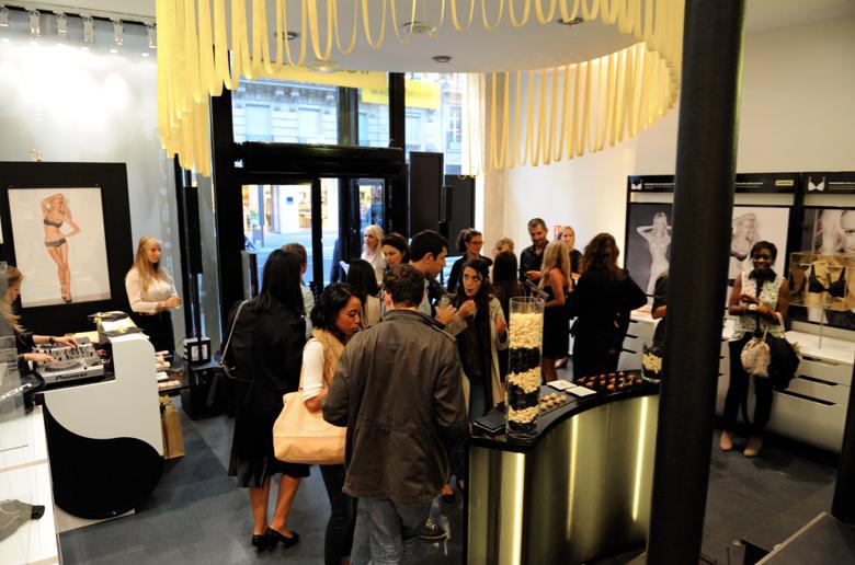 llllitl-wonderbra-publicité-magasin-boutique-éphémère-paris-rue-de-rennes-tbwa-auditoire-évènementiel-soutiens-gorge-septembre-2012