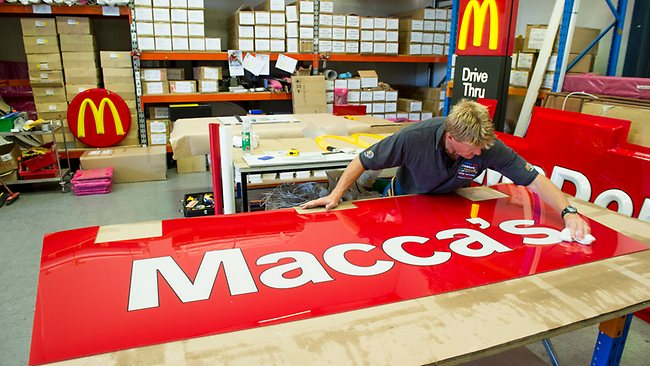 llllitl-mcdonald's-macca's-signs-nickname-australia-australie-nom-surnom-autralia-day-fête-nationale-enseigne-changement-1-mois-marketing-publicité-street-marketing