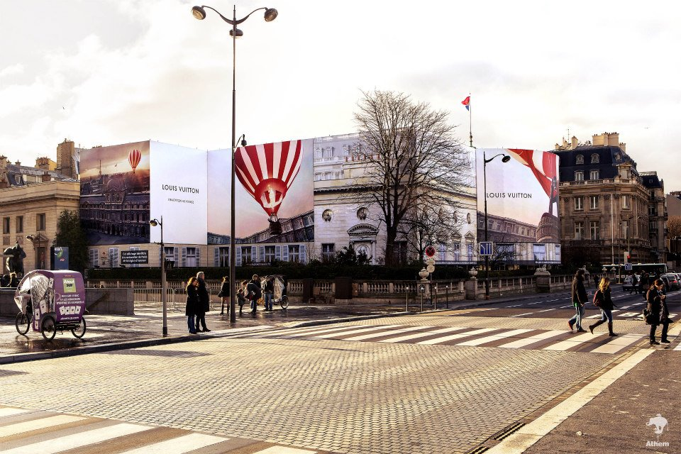 llllitl-louis-vuitton-publicité-marketing-billboard-affichage-géant-paris-palais-de-la-légion-d'honneur-agence-athem