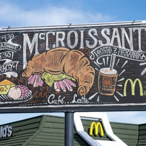"McDonald's : des ""billboards-ardoises"" géants, dessinés à la main !"