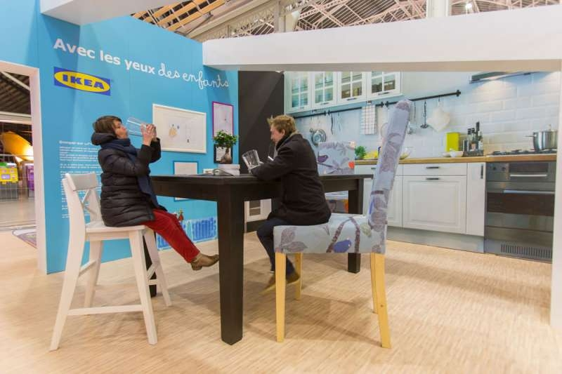 ikea-street-marketing-publicite-enfants-mobilier-géants-adultes-gare-de-lyon-paris-agence-ubi-bene-2