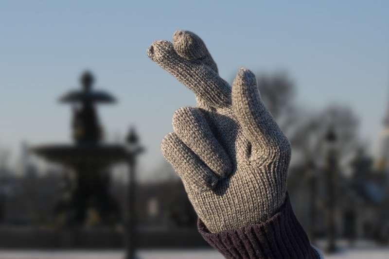 loto-francaise-des-jeux-vendredi-13-publicité-marketing-gants-cousus-doigts-croisés-gloves-fingers-crossed-agence-betc-2