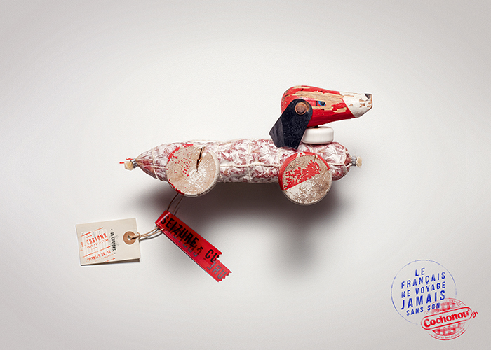 cochonou-publicité-saucisson-douanes-produit-interdit-marketing-affiche-français-voyage-sans-agence-young-rubicam-1