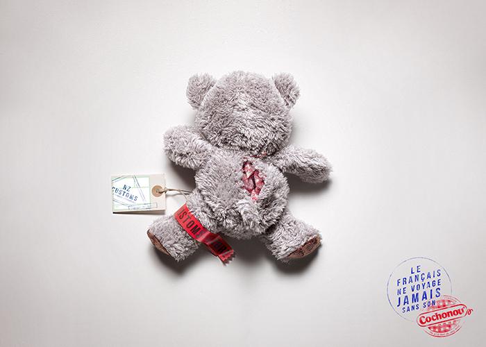 cochonou-publicité-saucisson-douanes-produit-interdit-marketing-affiche-français-voyage-sans-agence-young-rubicam-4