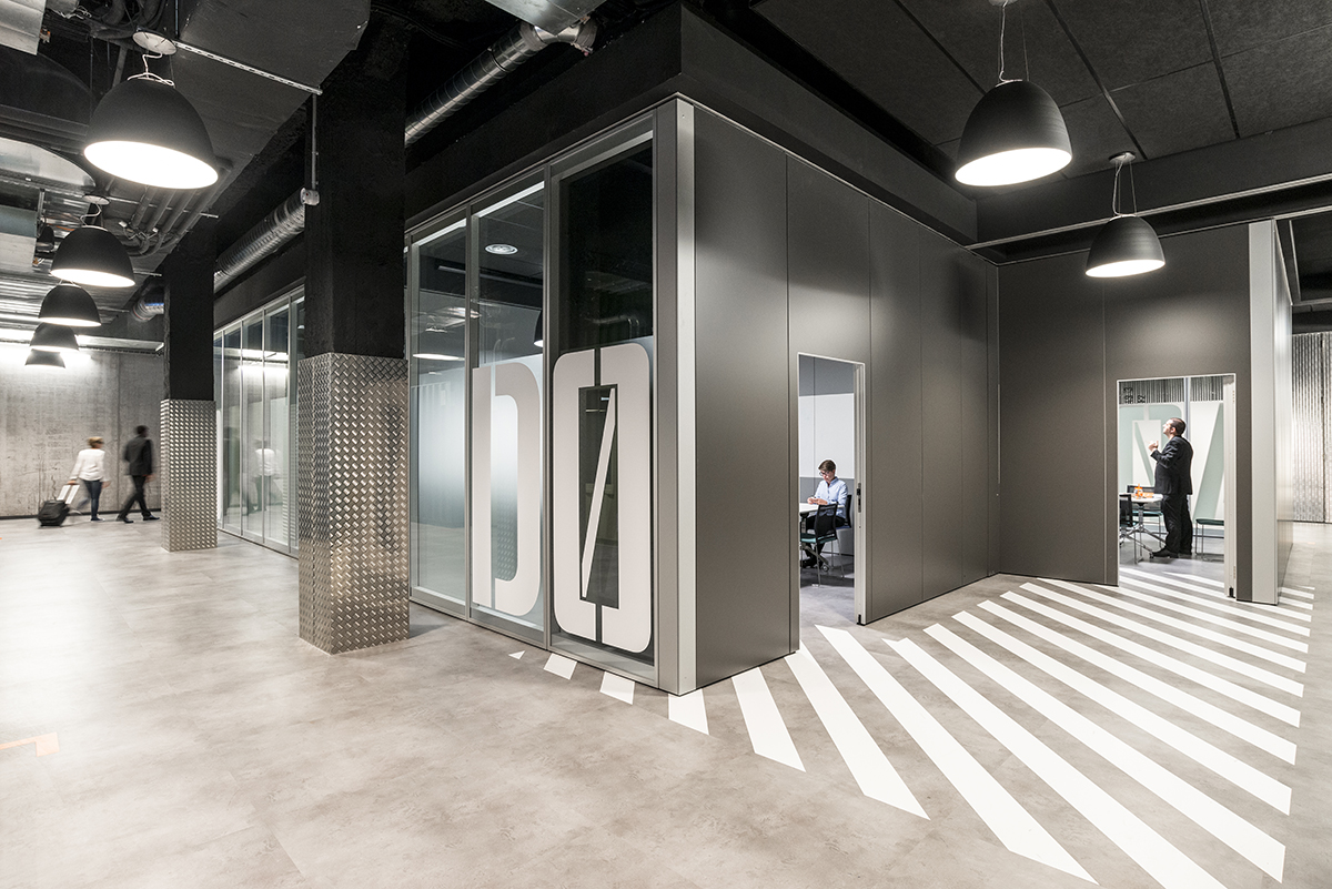 le-bon-coin-paris-bureaux-grey-futuristic-mobilier-office-design-colliers-international-1