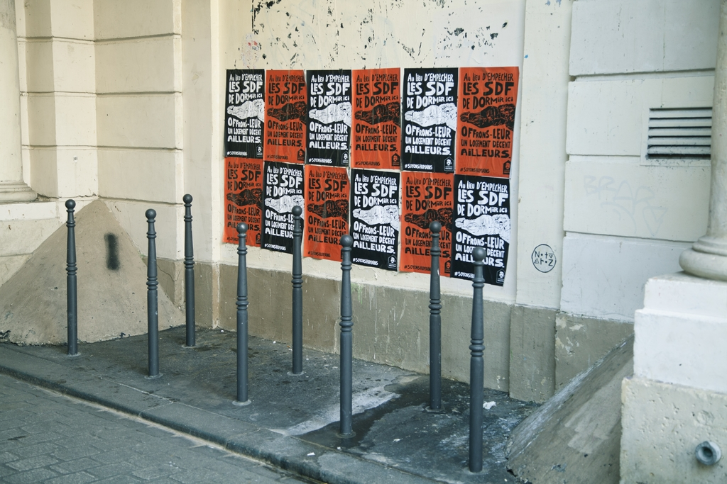 fondation-abbe-pierre-affichage-sauvage-guerilla-marketing-publicite-sdf-sans-abri-paris-agence-altmann-pacreau-3