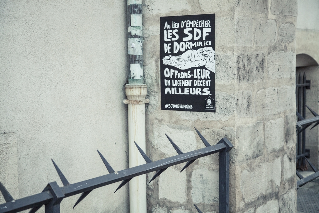 fondation-abbe-pierre-affichage-sauvage-guerilla-marketing-publicite-sdf-sans-abri-paris-agence-altmann-pacreau-4