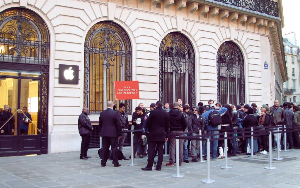 llllitl-smart-france-apple-store-iphone-5-sortie-21-septembre-2012-ambush-marketing-street-marketing-agence-clm-bbdo