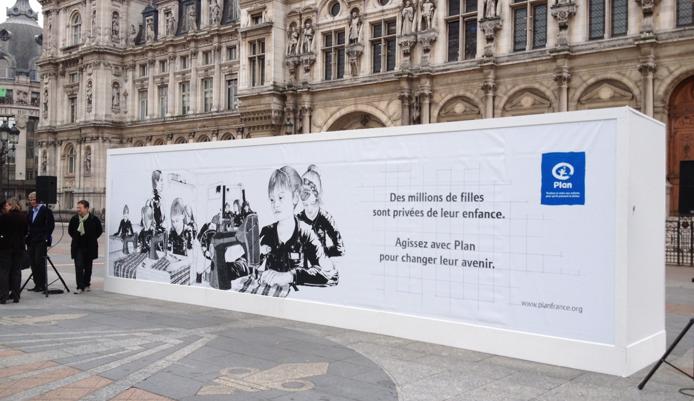 llllitl-PLAN-publicité-marketing-enfants-petites-filles-because-im-a-girl-clm-bbdo-hotel-de-ville-paris-évènement-billboard-3