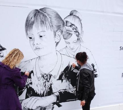 llllitl-PLAN-publicité-marketing-enfants-petites-filles-because-im-a-girl-clm-bbdo-hotel-de-ville-paris-évènement-billboard-4