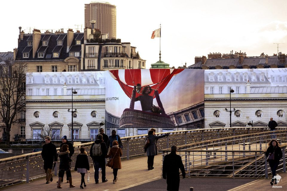 llllitl-louis-vuitton-publicité-marketing-billboard-affichage-géant-paris-palais-de-la-légion-d'honneur-agence-athem