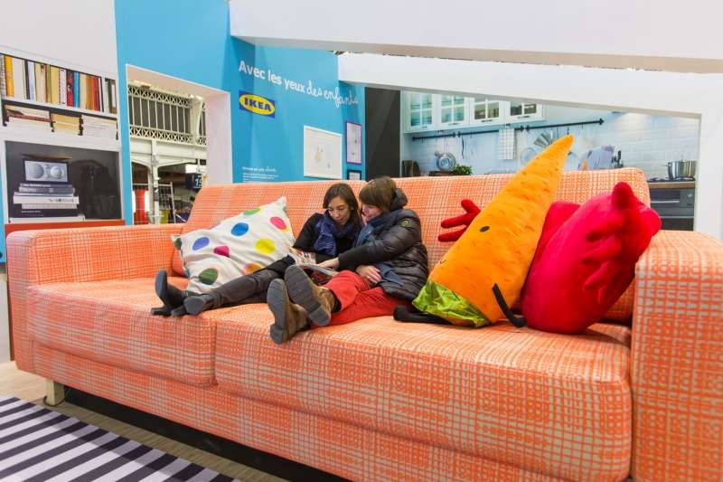 ikea-street-marketing-publicite-enfants-mobilier-géants-adultes-gare-de-lyon-paris-agence-ubi-bene-1
