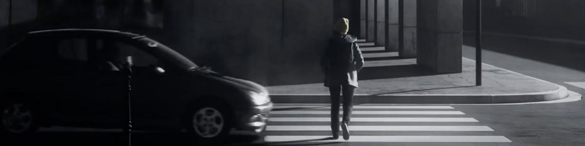 securite-routiere-voiture-publicite-telephone-sms-volant-pieton-agence-la-chose-3