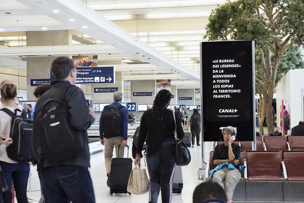 canal-plus-bureau-des-legendes-espions-publicite-marketing-jcdecaux-affichage-print-aeroport-roissy-charles-de-gaulle-betc-paris