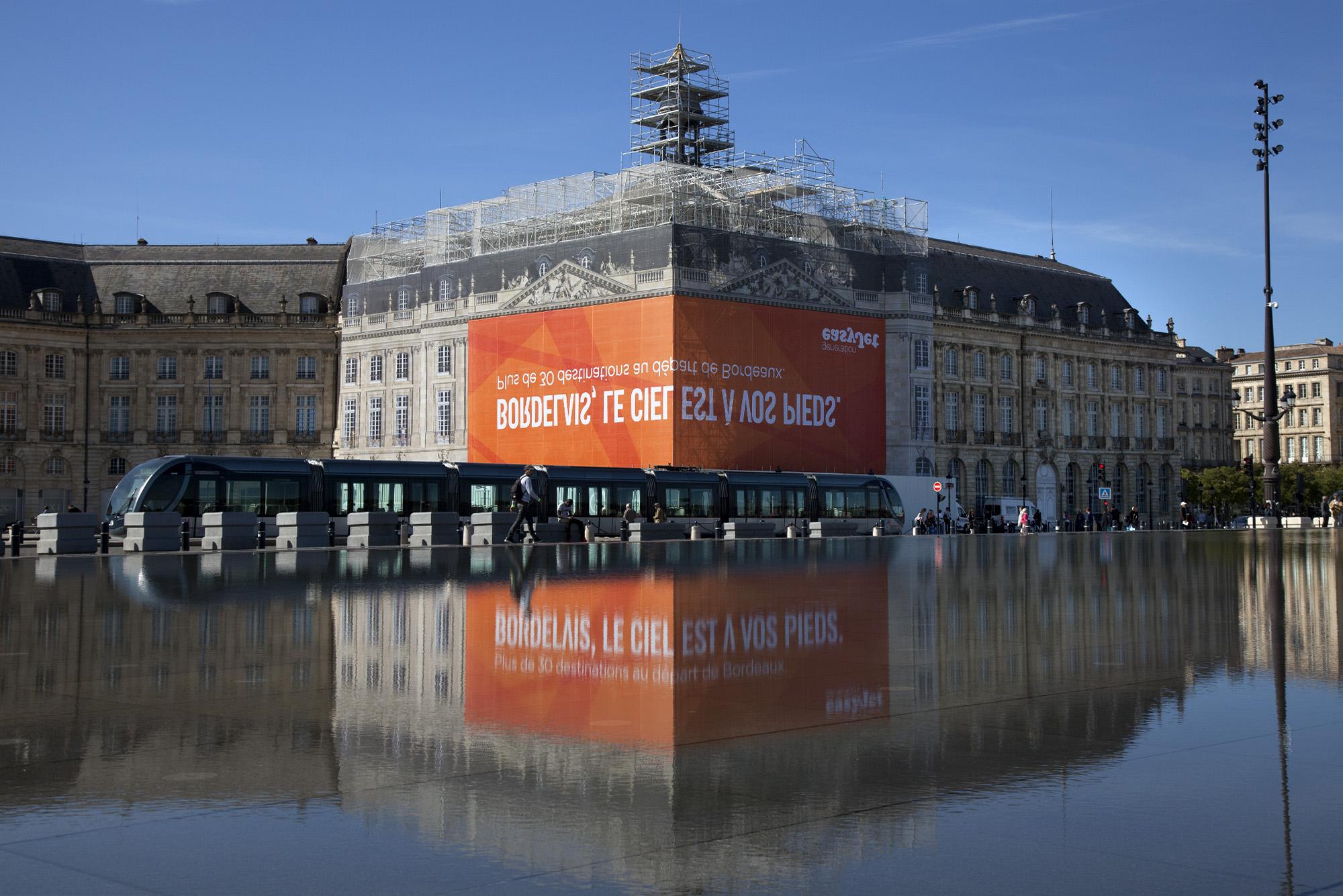 easyjet-bordeaux-publicite-affichage-miroir-eau-bordelais-le-ciel-est-a-vos-pieds-buzzman