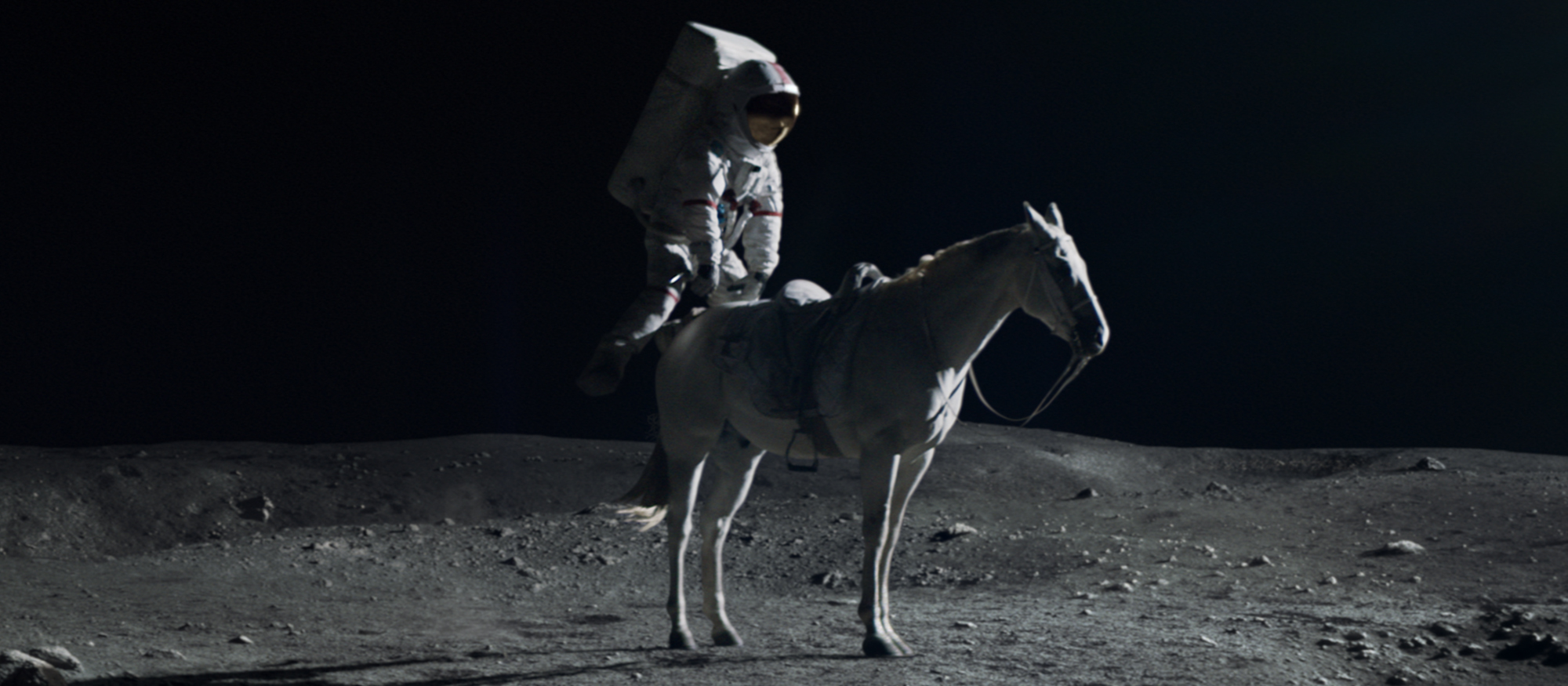 pmu-publicite-course-hippique-cosmonaute-armstrong-cheval-lune-buzzman